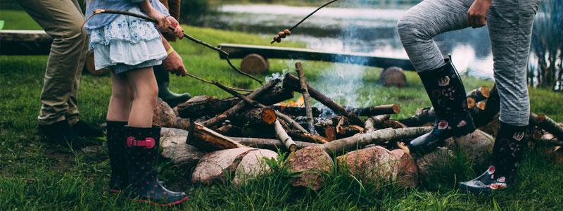 Grilling! Samle alle du kjenner, både store og små, familie og venner, og tenn bål på et vakkert sted. Grill pølse og marshmallows og bare vær sammen. Det kommer til å bli herlig og avslappende. Be med deg daten – hvis du tør! Det kommer til å bli en skikkelig ildprøve... ;)