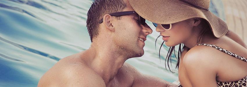 3. Besøk et hotell. Mange hotell har mulighet for dagsbesøk. Velg gjerne et med basseng. Nyt god mat og romantiske stunder ved bassengkanten. Det blir som en liten miniferie!