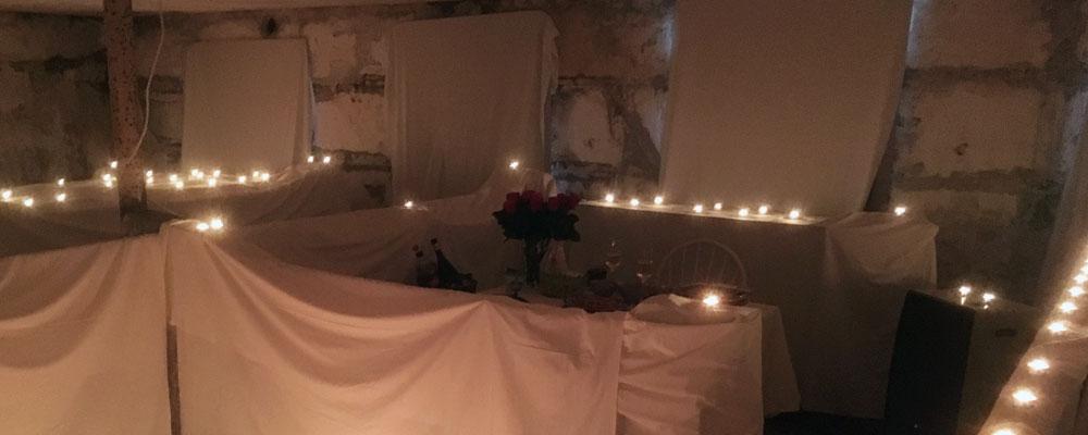 I en låve på tomten, som var fylt av masse levende lys, fridde Kjell til Elisabeth. Foto: Privat